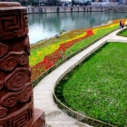 鲜花打扮锦江畔,游客赏玩