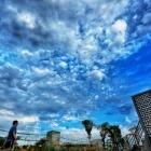 蓝天下散步