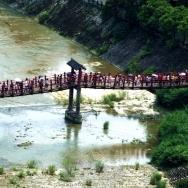 吊桥上的游客...