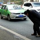 众多驾驶员停车让残疾人过马路